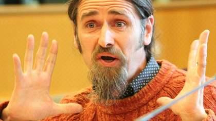 Без штанов, но в рубашке: депутат оконфузился на онлайн-дебатах с Европарламентом – видео