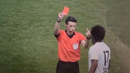 Арбитр удалил футболиста, показав средний палец: его едва не обвинили в расизме