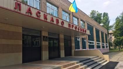В Киеве COVID-19 обнаружили у директора школы: инфекция может добраться к местам проведения ВНО