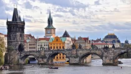 Двух российских дипломатов выслали из Чехии после скандала с попыткой отравить мэра Праги