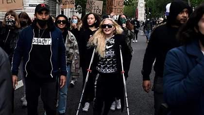 Без маски и на костылях: Мадонна вышла на марш против расизма в Лондоне – фото, видео