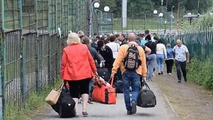 Кілометрові черги під дощем і палючим сонцем: українці застрягли на кордоні з Польщею