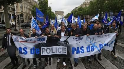 Полицейские с файерами вышли на митинг в Париже: фото, видео