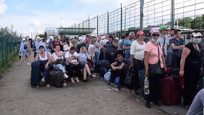 Черги на кордоні з Польщею: люди по 10 годин чекають на проходження контролю – відео