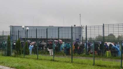 Українці годинами мокнуть під дощем на кордоні з Польщею: фото величезної черги