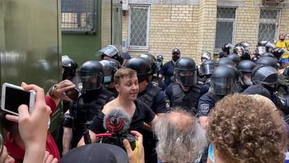 Під судом Стерненка сталася сутичка між силовиками і депутатом, йому порвали футболку: відео