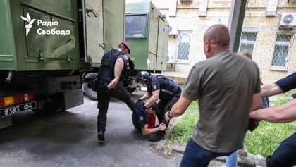 Сутички під судом у справі Стерненка: відсторонили поліцейських, які били протестувальника