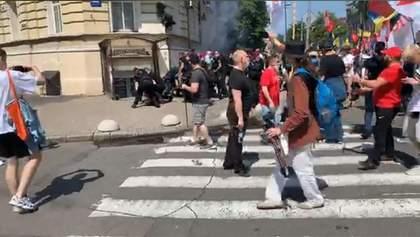Сутички в центрі Києва: націоналісти поштовхалися з фанатами Шарія та розійшлися – відео