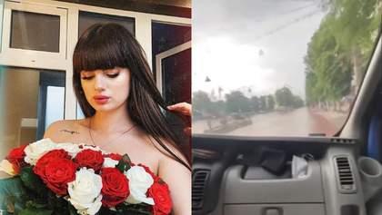 """""""Бегите, кегли"""": горе-блогер из Хмельницкого проехалась на авто по пешеходной улице"""