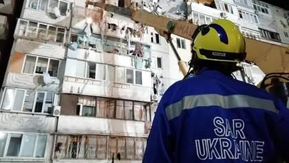 Спасатели приостановили работу на месте взрыва на Позняках