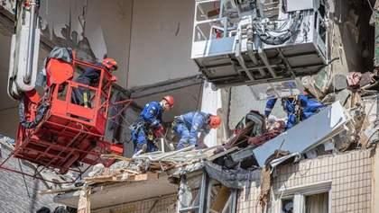 Еще один погибший: под завалами дома на Позняках нашли тело мужчины
