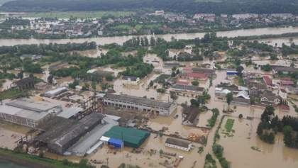 На Прикарпаття прилетів перший гелікоптер з допомогою: фото
