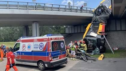 У Варшаві автобус впав з мосту і розламався, є загиблі та поранені: фото