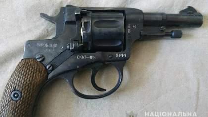 На Киевщине мужчина открыл стрельбу по группе людей, у него дома обнаружили арсенал оружия
