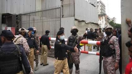 В Пакистане напали на самую большую фондовую биржу: есть погибшие, раненые – видео