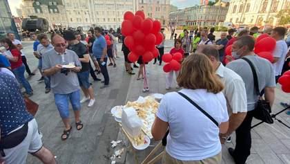 Фанати Шарія зібралися на центральній площі Харкова: їх вже закидали яйцями – фото, відео