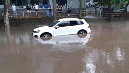 Потужна злива затопила Миколаїв: автомобілі пішли під воду – фото і відео