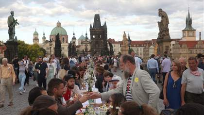 В центре Праги устроили застолье, люди попрощались с коронавирусом: фото