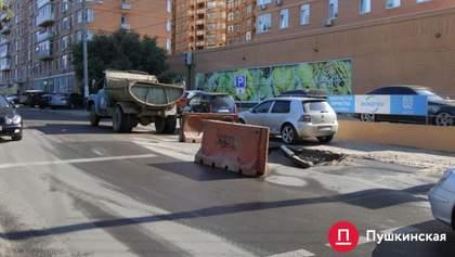 Две машины провалились в яму на дороге в Одессе: детали – фото, видео