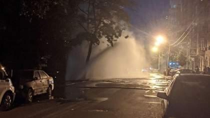 У Києві на Подолі посеред ночі прорвало трубу: фото і відео 10-метрового фонтана