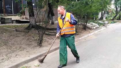 Поднимают пыль: на Запорожье депутат хочет запретить дворникам убирать улицы утром