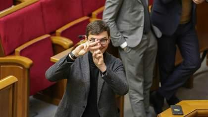 """Депутата от """"Слуги народа"""" обвинили в избиении женщины-нардепа, он отрицает и предлагает сделку"""