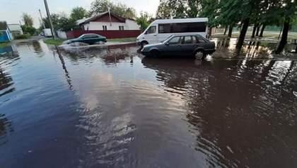 """Сильный ливень затопил Черкассы: в """"реки"""" на улицах ныряли дети – фото и видео"""