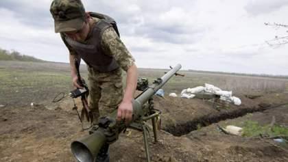 Снова обстрелы из запрещенного оружия: боевики ранили украинского бойца