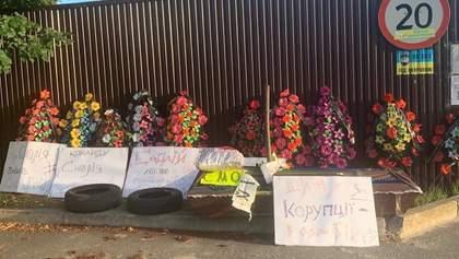 Гробы, венки, угрозы: под поселком, где живет Смолий, неизвестные устроили протест