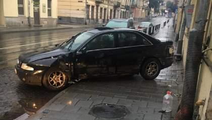 У Львові єгиптянин в'їхав у стіну будинку: є постраждалі – фото