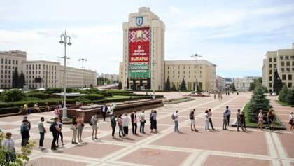 У Білорусі не зареєстрували суперників Лукашенка на виборах: сотні людей прийшли під ЦВК