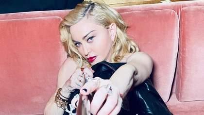 Мадонна взорвала сеть пикантной позой с молодым бойфрендом: горячее фото
