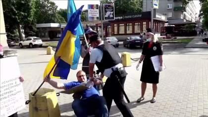 """Сбил с полицейского кепку – """"шьют"""" дело о нападении: в РФ задержали проукраинского активиста"""