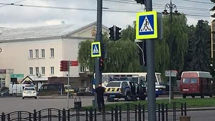 Чоловік погрожує підірвати автобус із заручниками в центрі Луцька: також може мати зброю – фото