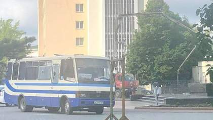 В Луцке мужчина захватил автобус с заложниками: видео, фото с места происшествия