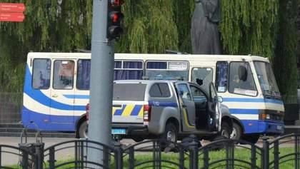 Захват заложников в Луцке: террорист стрелял по правоохранителям и выбросил гранату