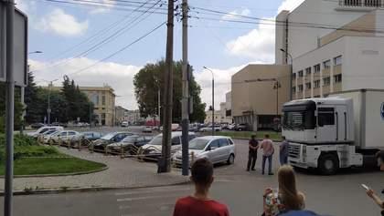 Серед заручників є вагітна та дитина, вони зв'язані вже 5 годин: кого захопив терорист у Луцьку