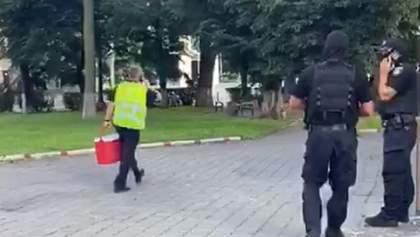 Первые результаты переговоров: террорист позволил передать заложникам воду – видео