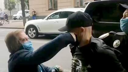 """""""Ти мені очі випалив, с**а"""": облитий зеленкою Волошин накинувся з кулаками на кривдника – відео"""