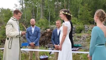 Закохані зі Швеції та Норвегії одружилася просто на кордоні країн через карантин: фото