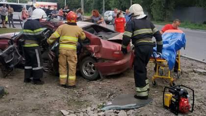 """Ужасное ДТП на Хмельнитчине: легковушка столкнулась со """"скорой"""" – много пострадавших"""