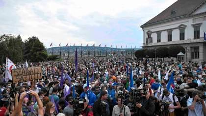 Протести охопили Угорщину: люди обурені звільненням головного редактора незалежного видання