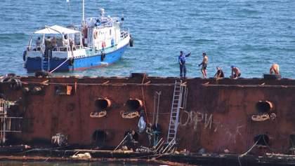 Из танкера Delfi в Одессе снова вытекли нефтепродукты: объявлена чрезвычайная ситуация