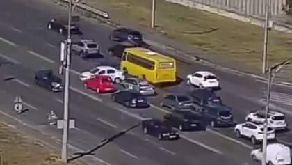 Наглости нет предела: водитель в Киеве развернулся через 4 полосы, это шокировало даже полицию