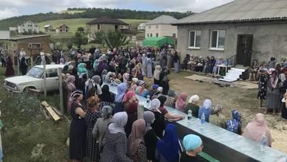 Сотні людей у Криму прийшли попрощатися із трирічним Мусою Сулеймановим: фото