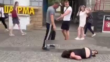 У Дніпрі чоловік вгатив жінці ногою по голові: тому, хто його здасть, пообіцяли винагороду