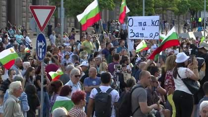 В Болгарии резиденцию премьера забросали фальшивыми деньгами: чем возмущены люди
