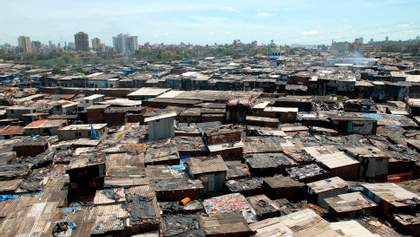 Майже у 60% мешканців нетрів Мумбаї знайшли імунітет до COVID-19: фото