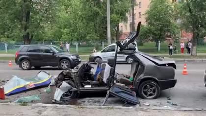 У Києві Mercedes влетів у маршрутку: легковик зім'яло – фото, відео з місця ДТП