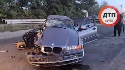 ДТП под Киевом: BMW стал ломом, пассажир погиб, а водитель, вероятно, был под наркотиками
